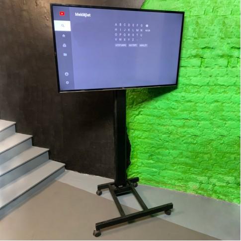 50″ LCD ekrāns uz statīva