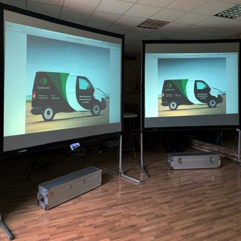 Lielie dvīņu ekrāni ar projektoriem un montāžu | komplekts | noma